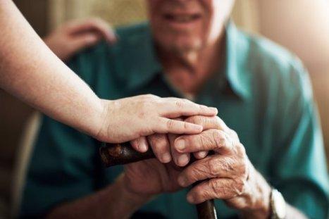 Anciano y cuidadora, dependencia. Bastón, perosona mayor. SALUD ESPAÑA EUROPA MADRID GETTY IMAGES/ISTOCKPHOTO / YURI ARCURS PEOPLEIMAGE
